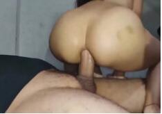 Morena cavalgando na pica grande fazendo anal amador