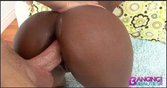 Negra da bundona dando o cu de quatro e engolindo porra
