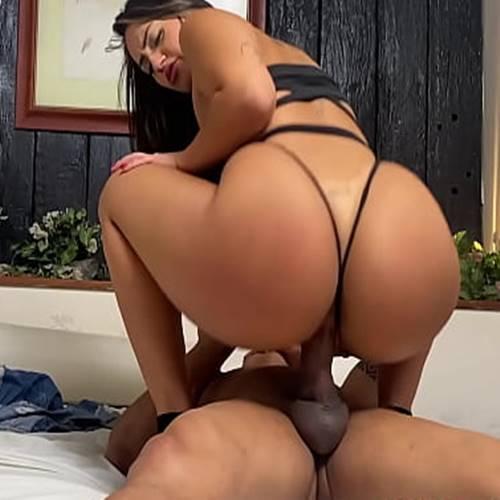 Morena sentando na rola dura no vídeo porno