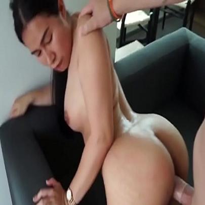 Filipina novinha levando rola de quatro no sofá
