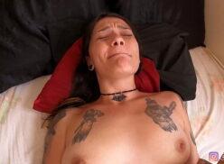 Porno e massagem fazendo a gostosa gozar no sexo sem camisinha