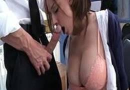 Novinha pagando boquete no trabalho